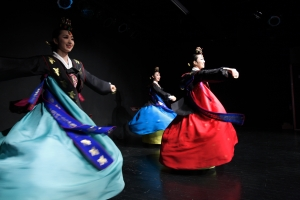 Traditional Korean Dance. Source: https://creativecommons.org/licenses/by-sa/2.0/ at flickr.com